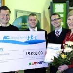 Lappset lahjoitti 15000 € WAU!lle lasten ja nuorten liikuntakerhoihin. Marjo vastaanottaa jättishekin