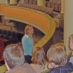 Yläasteen opiskelijoita kuuntelemassa eduskunnan lehterillä